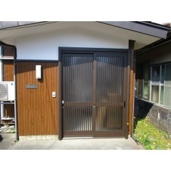 "<a href=""https://www.homepro.jp/used/"" class=""replaced_keyword_link"" target=""_blank"">中古住宅</a>を購入して、内部のリフォームと共に<a href=""https://www.homepro.jp/yougo/ka/yogo_ka_736.html"" class=""replaced_keyword_link"" target=""_blank"">玄関引戸</a>も入れ替えました。<br />