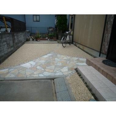 玄関廻りと駐車場のタイル工事